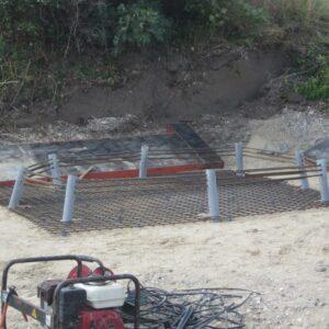 Skruepæle med armering før støbning af betonplade