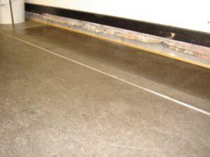 Gulv med store sætninger som ses i afstand mellem fodpanel og gulv