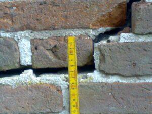 Målbar sætningsrevne i murværk