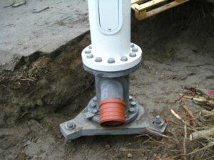 Teleflagstang monteret på skruepæle med mellemstykke til kabler