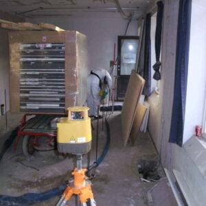 Arbejdet foregår blandt byggematerialer og med kun lidt plads