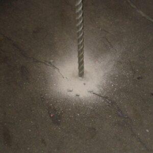 Boring af huller til injiceringsrør inden stabilisering med Uretek Metoden