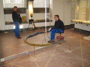 Injicering med Uretek Metoden under det flotte mosaikgulv