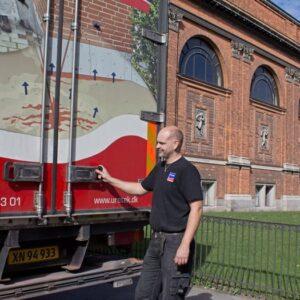 Montør fra Uretek ved lastbilen foran Ny Carlsberg Glyptotek
