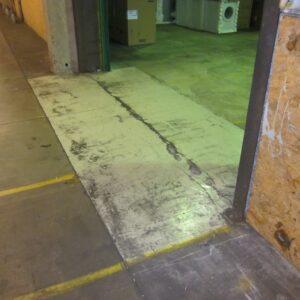 Sætningsramt gulv som revner ved portåbning