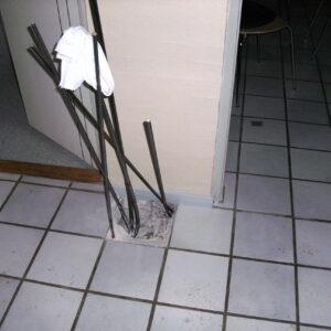 Stabilisering af gulv efter optagning af en enkelt klinke