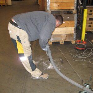 Støvsugning af borestøv i forbindelse med forberedelsen til stabiliseringen