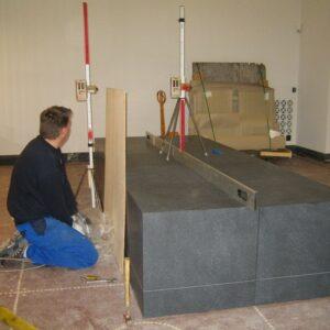 Granitblokke løftes samtidig med stabilisering af gulvet
