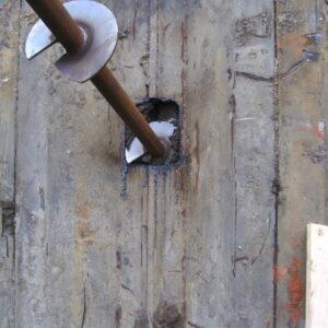 Udsparring i stålspuns til skruepæl installering