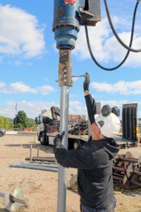 Uretek Montør monterer borehoved ved installering af ScrewFast Skruepæl