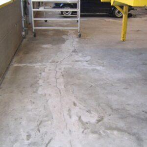 Revne i gulvet foran portåbning som er fuget med epoxy og herefter slebet.