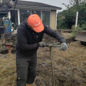Geoteknikeren tjekker styrken i jorden i bunden af borehullet
