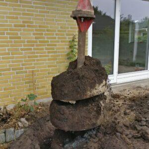 Jorden fra boret pæl trækkes op af borehul fra ca. 3 meters dybde