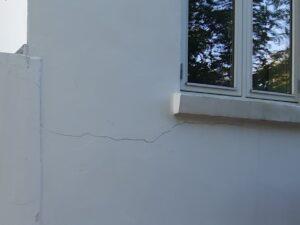 Sætningsrevne ved vindue på murermestervilla i Åbyhøj